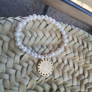 Pulsera perlas pequeñas con medalla agujeros